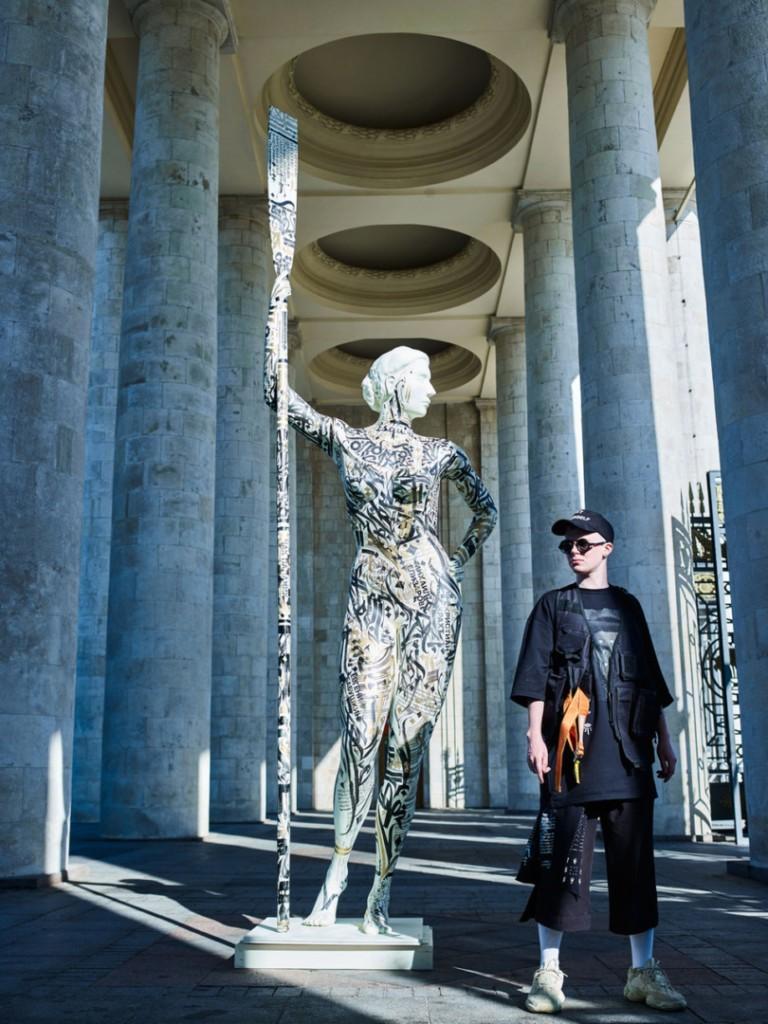 مجسمه ساز Pokras lampas در کنار مجسمه ی خود /منبع Esqurie
