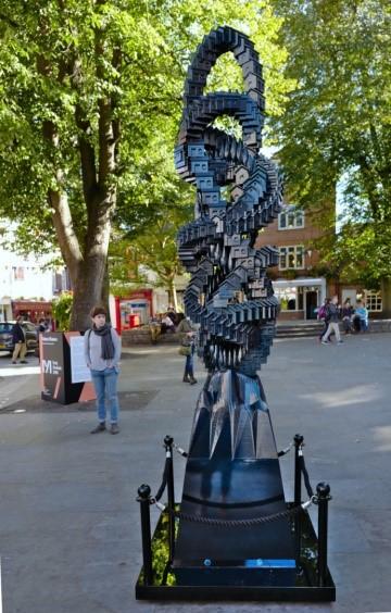 مجسمه ای در میدان king لندن منبع :Matthew Plummer Fernandz